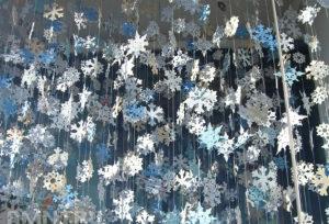 Новогодние поделки из бумаги. Украшаем снежинками дом