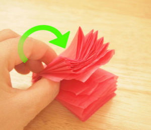 Как делать цветы из салфеток (5)