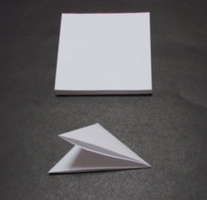 Новогодние поделки из бумаги. Украшаем снежинками дом (1)