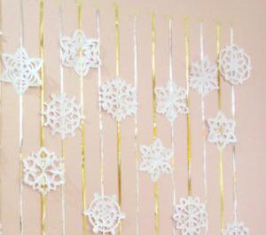 Новогодние поделки из бумаги. Украшаем снежинками дом (10)