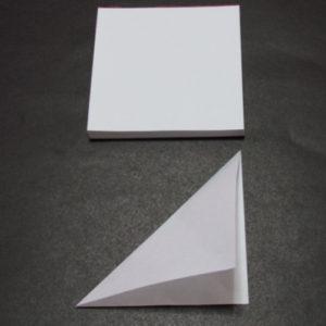 Новогодние поделки из бумаги. Украшаем снежинками дом (12)