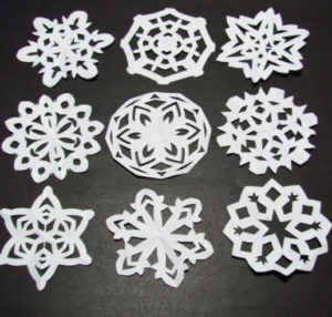 Новогодние поделки из бумаги. Украшаем снежинками дом (7)