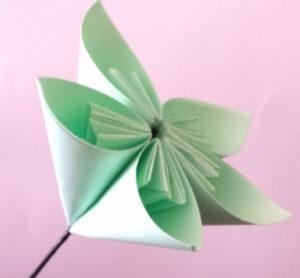 Подарок маме на 8 марта своими руками. Как сделать оригами цветок легко (13)