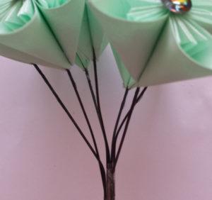 Подарок маме на 8 марта своими руками. Как сделать оригами цветок легко (15)