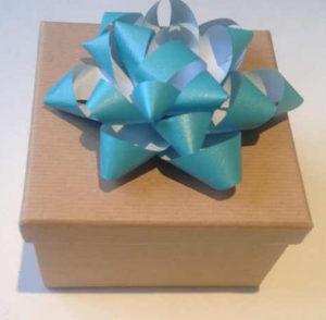 Украшаем коробку для подарка. Самые простые цветы из бумаги своими руками (1)
