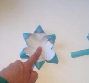 Украшаем коробку для подарка. Самые простые цветы из бумаги своими руками (13)