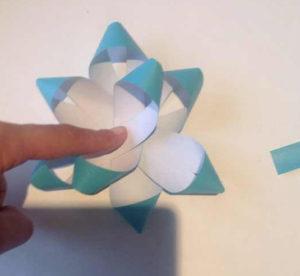 Украшаем коробку для подарка. Самые простые цветы из бумаги своими руками (14)