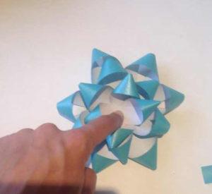Украшаем коробку для подарка. Самые простые цветы из бумаги своими руками (16)