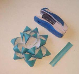 Украшаем коробку для подарка. Самые простые цветы из бумаги своими руками (17)