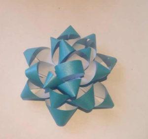 Украшаем коробку для подарка. Самые простые цветы из бумаги своими руками (19)
