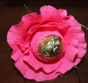 Гофрированные цветы с конфетами своими руками (1)