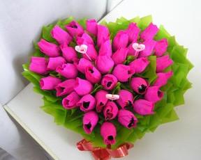 Гофрированные цветы с конфетами своими руками (10)