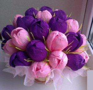 Гофрированные цветы с конфетами своими руками (11)
