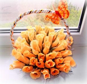 Гофрированные цветы с конфетами своими руками (12)