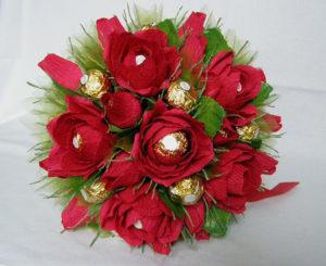 Гофрированные цветы с конфетами своими руками (13)