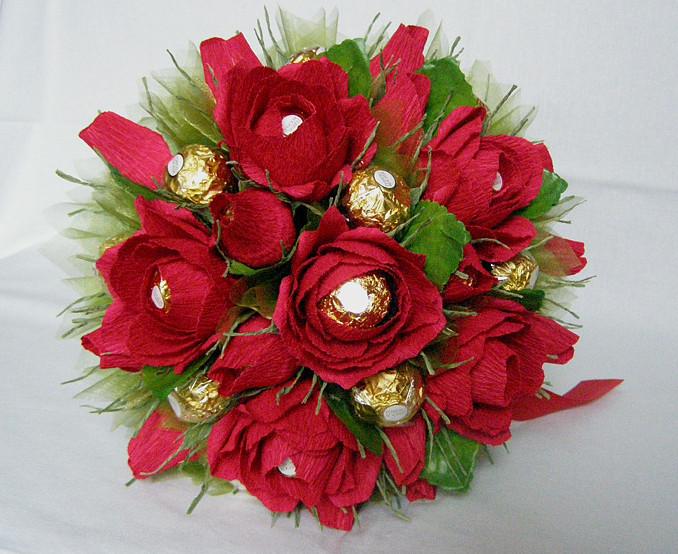 Букет из конфет своими руками из гофрированной бумаги розы