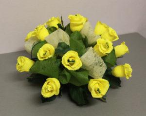 Гофрированные цветы с конфетами своими руками (14)
