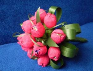 Гофрированные цветы с конфетами своими руками (15)
