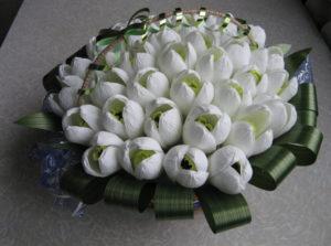 Гофрированные цветы с конфетами своими руками (16)
