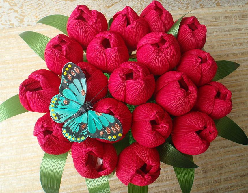 Гофрированные цветы с конфетами своими руками (17)