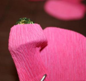Гофрированные цветы с конфетами своими руками (26)