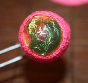 Гофрированные цветы с конфетами своими руками (27)