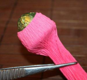 Гофрированные цветы с конфетами своими руками (28)