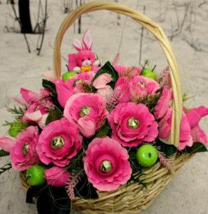 Гофрированные цветы с конфетами своими руками (3)