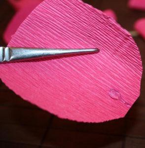 Гофрированные цветы с конфетами своими руками (34)