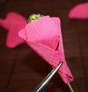Гофрированные цветы с конфетами своими руками (35)