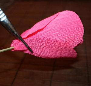 Гофрированные цветы с конфетами своими руками (36)