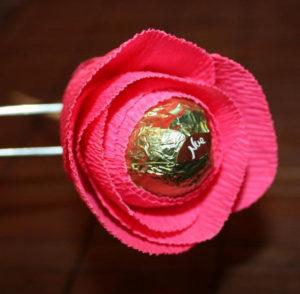 Гофрированные цветы с конфетами своими руками (37)