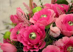 Гофрированные цветы с конфетами своими руками (4)