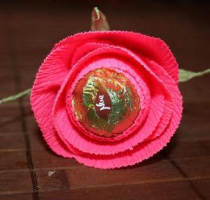 Гофрированные цветы с конфетами своими руками (43)