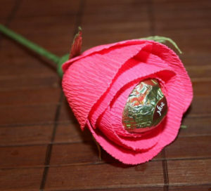 Гофрированные цветы с конфетами своими руками (44)
