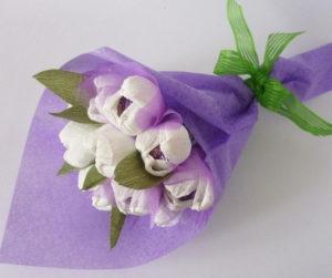 Гофрированные цветы с конфетами своими руками (5)