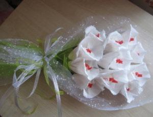 Гофрированные цветы с конфетами своими руками (6)