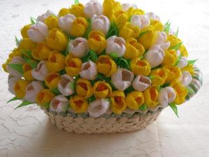 Гофрированные цветы с конфетами своими руками (7)