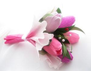 Гофрированные цветы с конфетами своими руками (8)