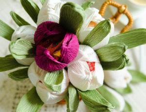 Гофрированные цветы с конфетами своими руками (9)