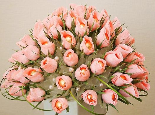 Букет цветов из гофрированной бумаги и конфет