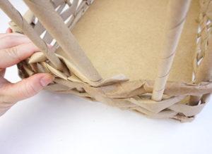 Как из бумажных трубочек сплдести корзинку (10)