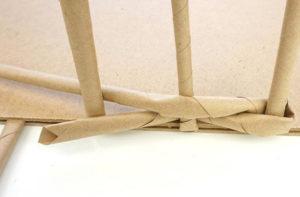 Как из бумажных трубочек сплдести корзинку (7)