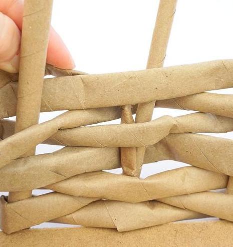 Как из бумажных трубочек сплдести корзинку (9)