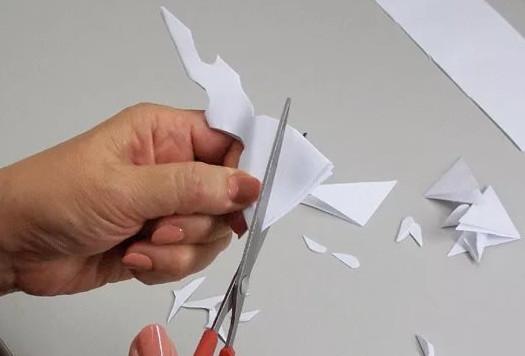 Как сделать красивую снежинку из бумаги...