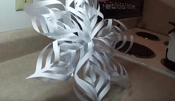 Марии понадобилось сделать всего 5 надрезов, чтобы создать необыкновенно красивую снежинку...