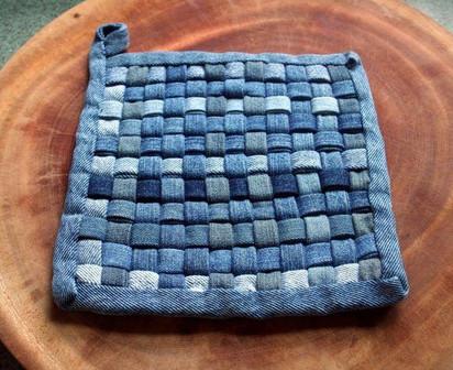 Разрежьте все старые джинсы на тонкие полоски, чтобы создать интересную вещицу...