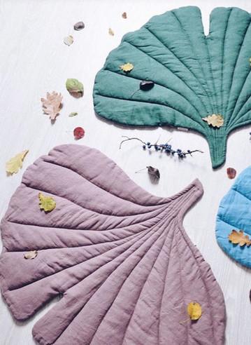 Отличная идея. Коврики и пледы в форме листьев шьются просто...